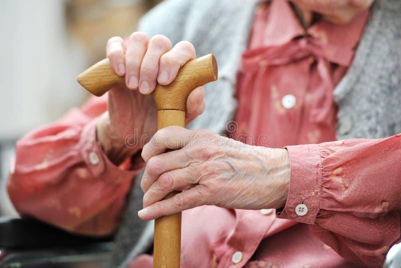 De handen van de oude vrouw stock fotografie