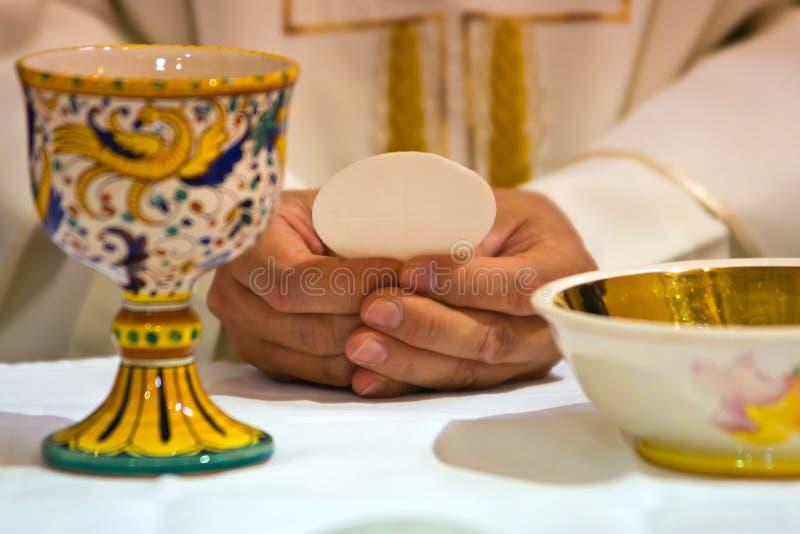 De handen van de paus vierden het Avondmaal stock fotografie