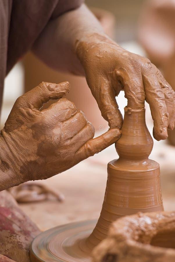 De handen van de pottenbakker. stock fotografie