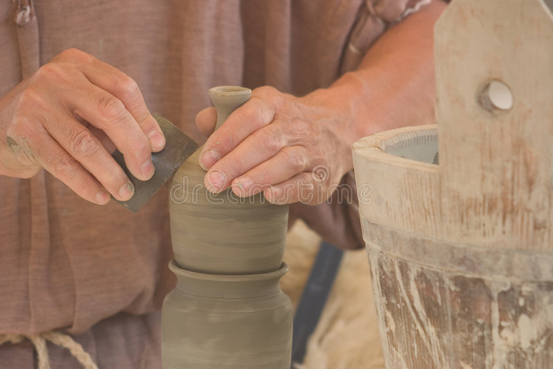 De Handen Van De Pottenbakker Op Het Werk Stock Foto