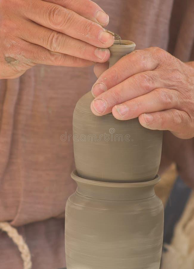De handen van de pottenbakker op het werk royalty-vrije stock afbeelding