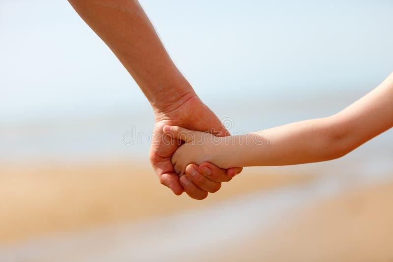 De handen van de vader en van de zoon stock afbeelding