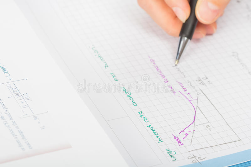 De handen van de vrouw een pen, financiële staatboekhouding royalty-vrije stock afbeelding