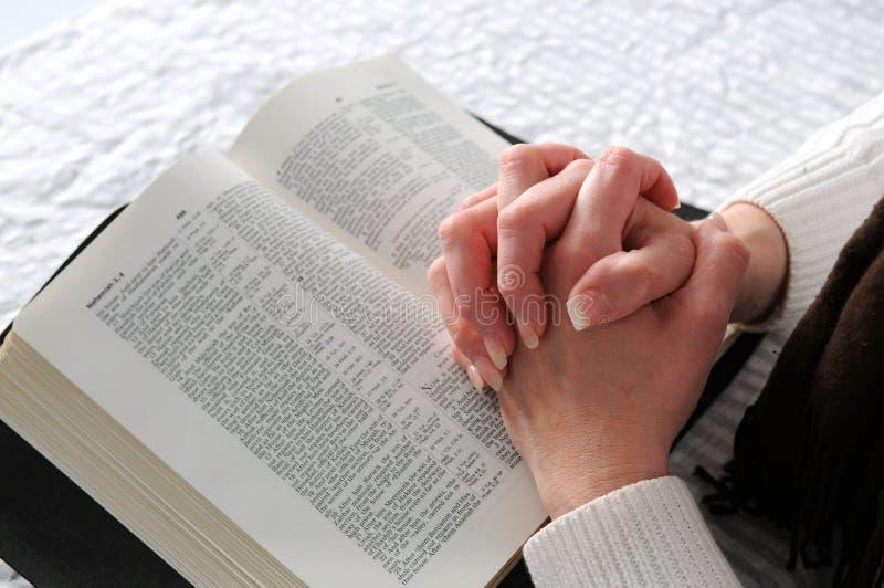 De Handen van de vrouw en de Bijbel royalty-vrije stock foto's