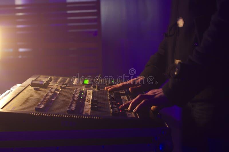 De handen van DJ door muziek in een club te mengen royalty-vrije stock afbeeldingen