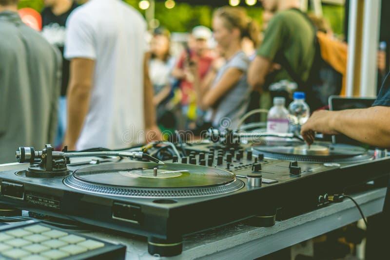 De handen van DJ spelen muziek vibes op een partij van het de zomerstrand gebruikend een uitstekende draaischijf van de dekopstel royalty-vrije stock foto's