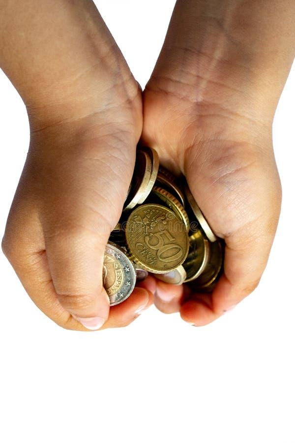 De handen van een kind sluiten holding omhoog ge?soleerde euro muntstukken stock fotografie