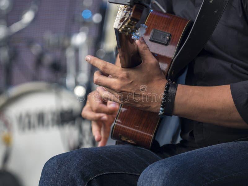 De handen van de gitaargitarist royalty-vrije stock afbeeldingen
