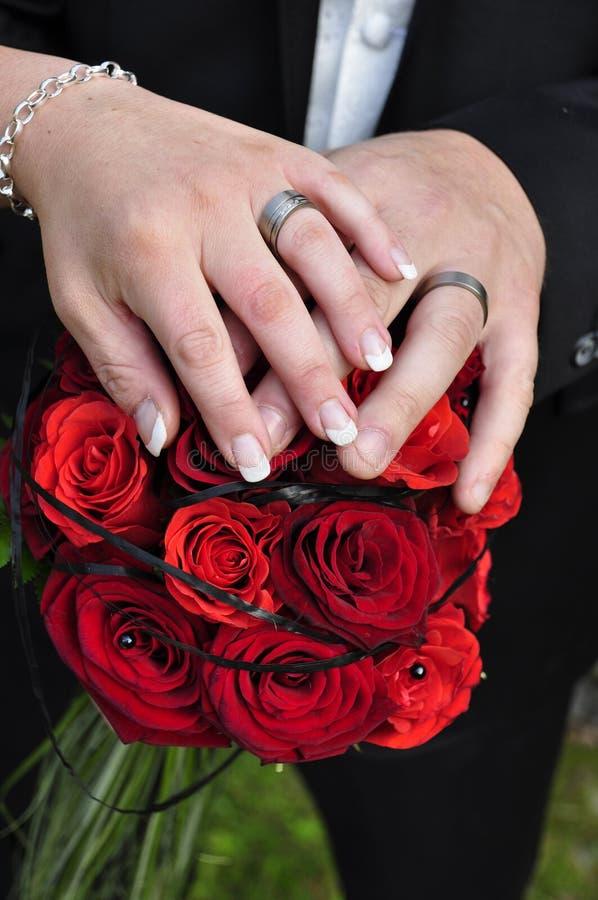 De handen van het huwelijk stock foto's