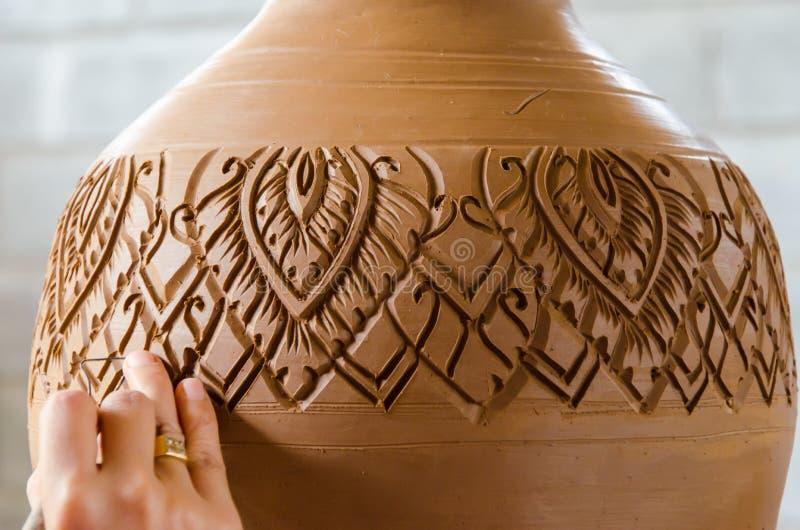 De handen van het maken van kleipot op het aardewerkwiel, selecteren nadruk, close-up stock fotografie