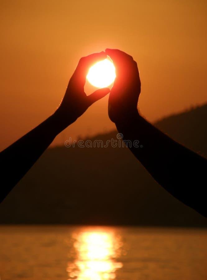 De handen van het paar met zon royalty-vrije stock afbeelding
