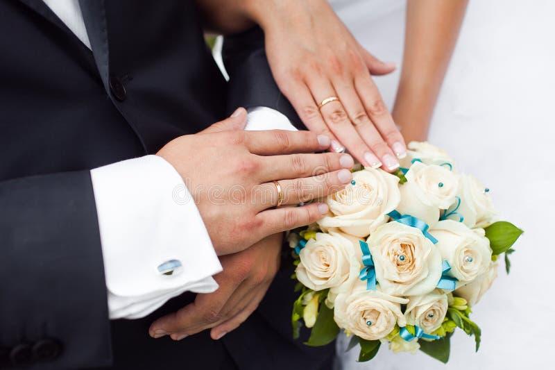 De handen van het paar op huwelijk royalty-vrije stock afbeelding