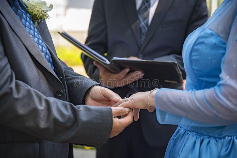 De handen van huwelijksgeloften stock fotografie