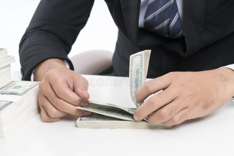 De handen van jonge bankier telt bankbiljetten stock afbeelding