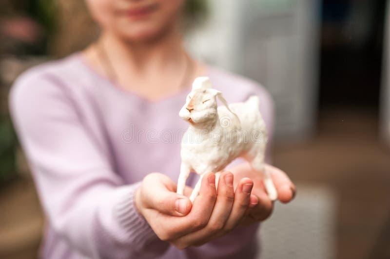 De handen van kinderen houden een haas Pasen-concept, tederheid, uniciteit, schoonheid Van het konijntjesclose-up en exemplaar ru royalty-vrije stock afbeelding