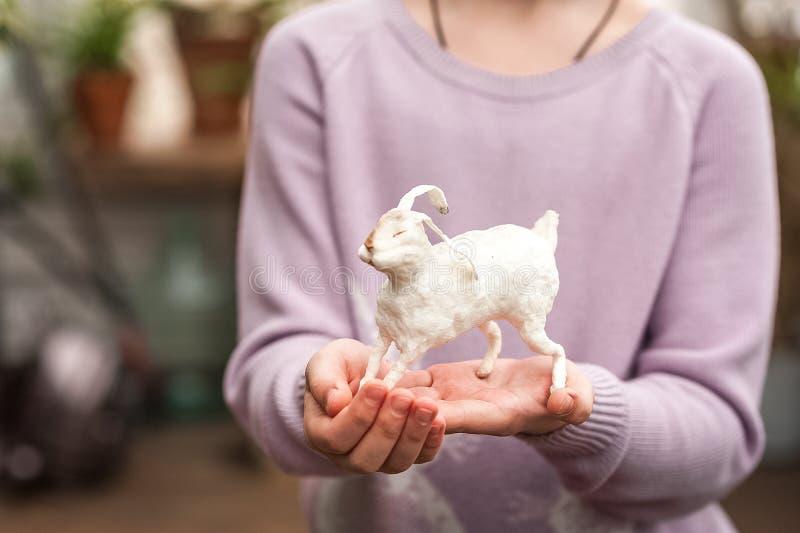 De handen van kinderen houden een haas Pasen-concept, tederheid, uniciteit, schoonheid Van het konijntjesclose-up en exemplaar ru stock afbeelding