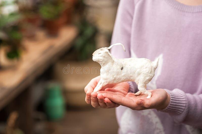 De handen van kinderen houden een haas Pasen-concept, tederheid, uniciteit, schoonheid Van het konijntjesclose-up en exemplaar ru stock foto