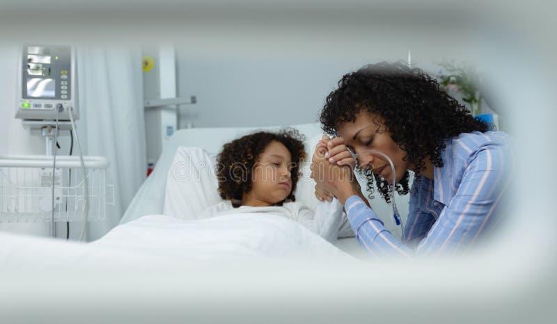 De handen van de moederholding van haar zoon in de afdeling bij het ziekenhuis royalty-vrije stock foto