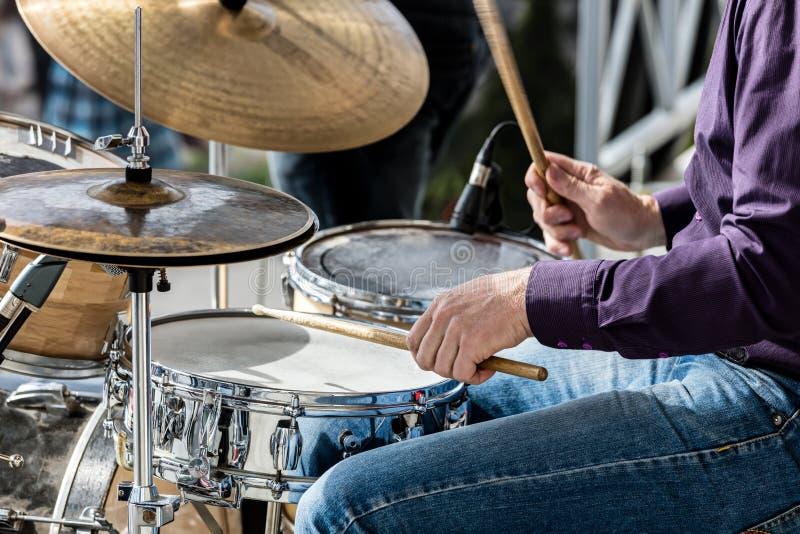 De handen van musicus terwijl het spelen tijdens straat trommelt overleggen stock afbeeldingen