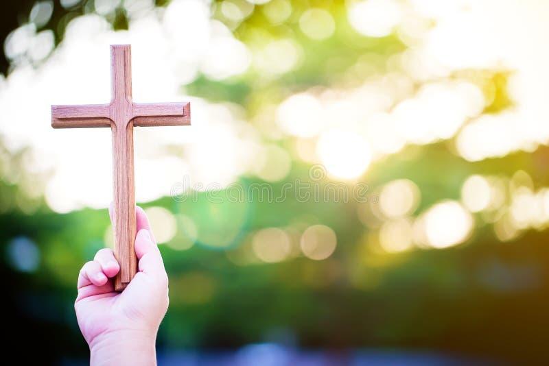 de handen van de persoonspalm om heilig kruis, kruisbeeld te houden om te aanbidden stock foto