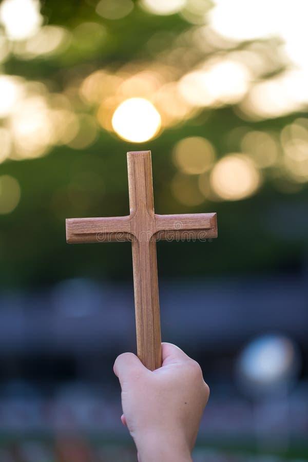 de handen van de persoonspalm om heilig kruis, kruisbeeld te houden om te aanbidden de christen in katholiek Avondmaal zegent god royalty-vrije stock foto's