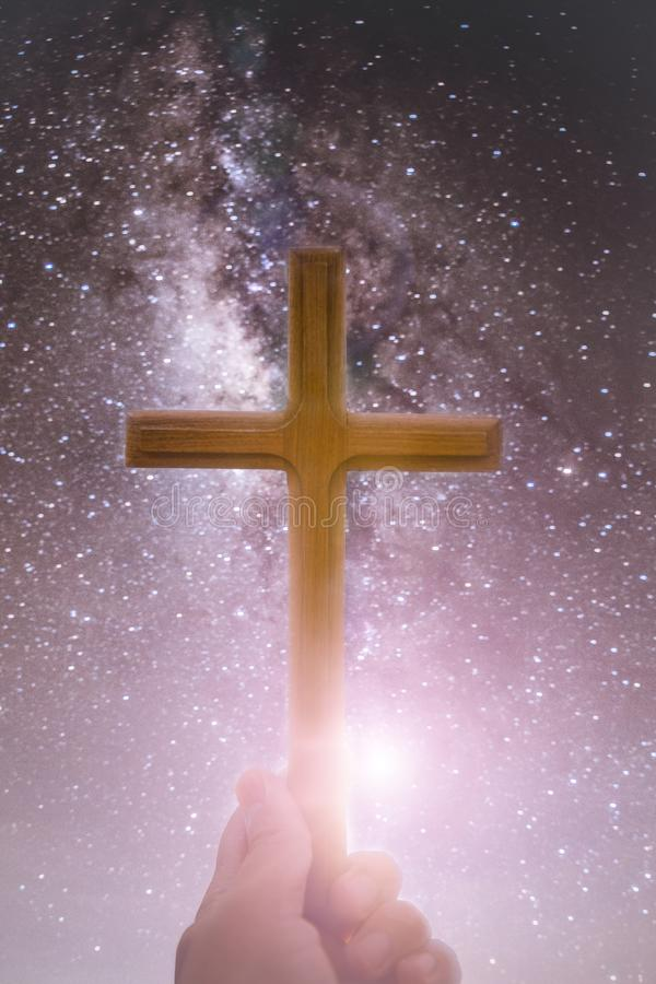de handen van de persoonspalm om heilig kruis, kruisbeeld te houden om te aanbidden de christen in katholiek Avondmaal zegent god stock illustratie