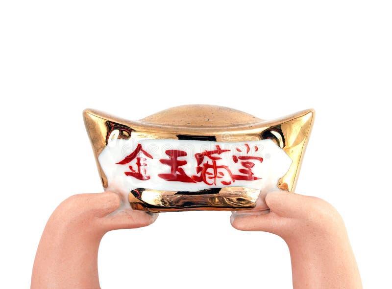 De handen van de pleisterpop hieven antieke Chinese gouden die baar op op witte achtergrond wordt geïsoleerd, bedoelen de Chinese stock afbeelding