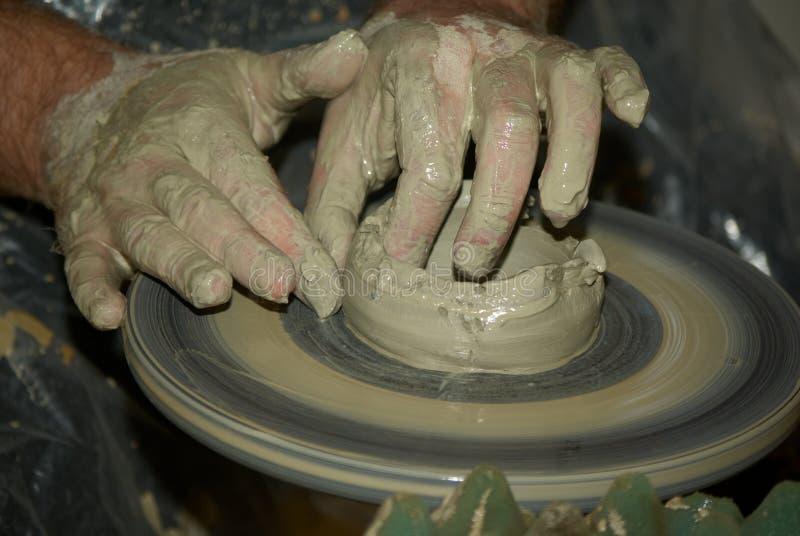 De handen van de pottenbakker op het werk royalty-vrije stock foto