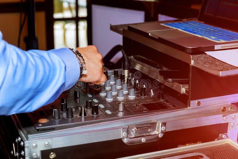 de handen van ver en mixerdj voor muziek stock afbeelding