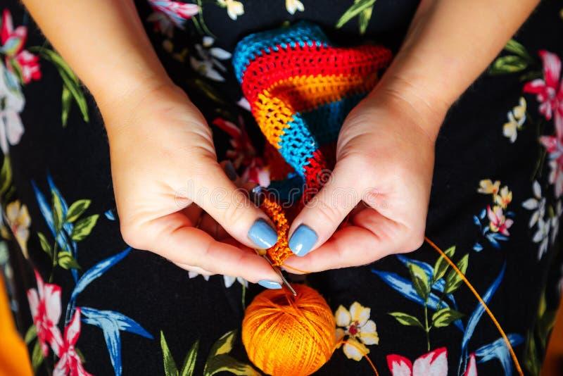 De handen van vrouwen haken Met de hand gemaakt, ambachten royalty-vrije stock afbeeldingen