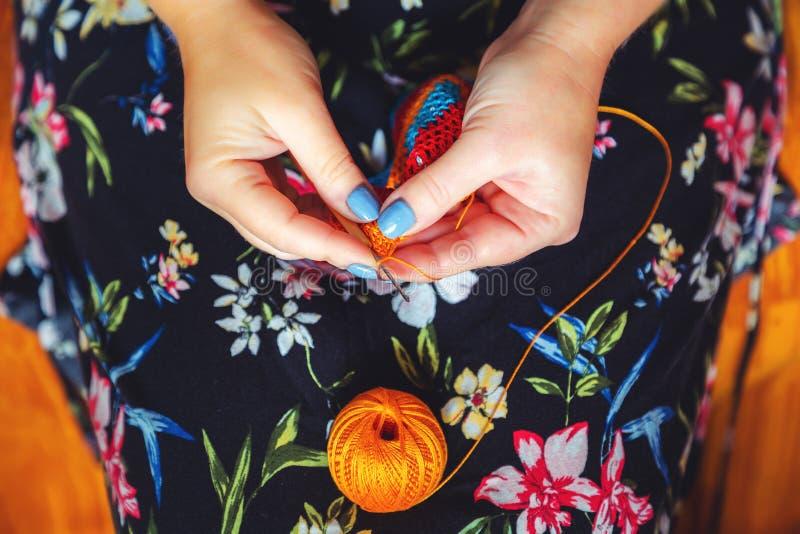 De handen van vrouwen haken Met de hand gemaakt, ambachten royalty-vrije stock foto