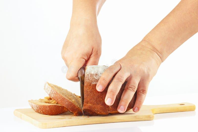 Download De Handen Van Vrouwen Met Een Mes Gesneden Roggebrood Stock Foto - Afbeelding bestaande uit oven, ontbijt: 39117770