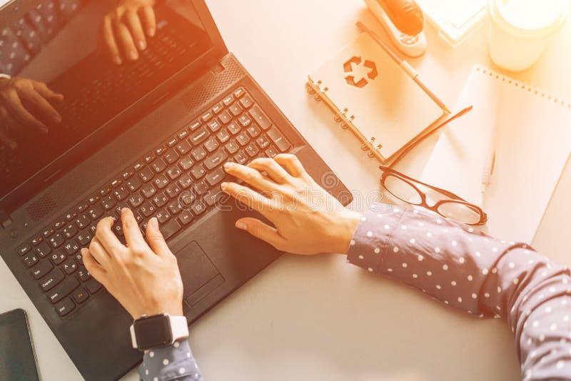 De handen van vrouwen op het laptop toetsenbord, hoogste mening, het werk in het bureau, blog op Internet royalty-vrije stock foto
