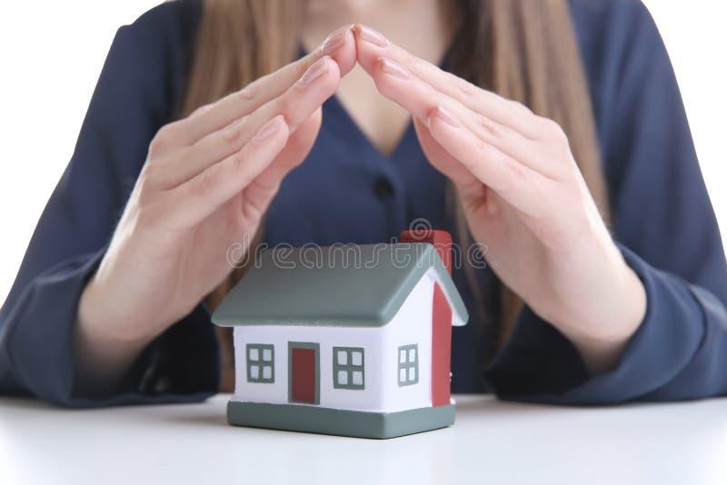 De handen van de vrouwenholding onder model van huis royalty-vrije stock afbeeldingen