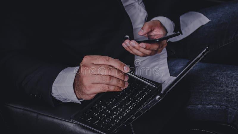 De handen van zakenlieden werken met laptops aan auto's stock fotografie