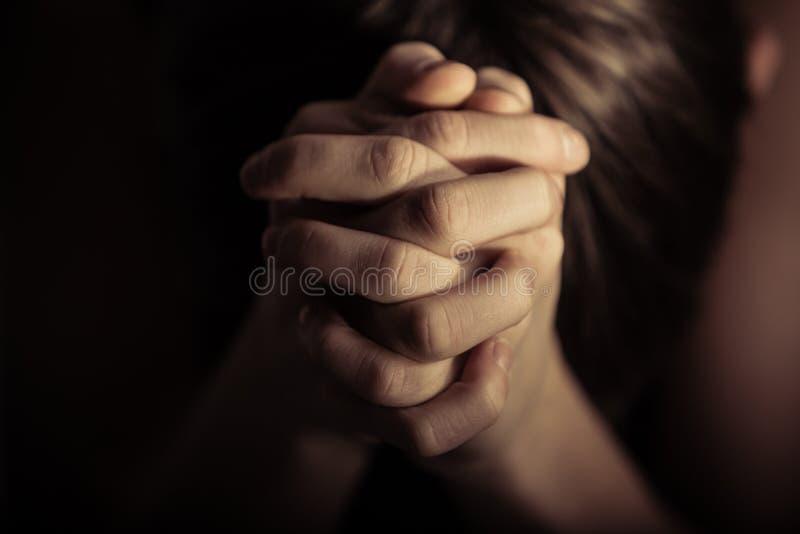 De handen vouwden samen in gebed royalty-vrije stock afbeelding