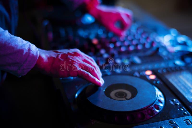 De handen werken aan een correcte mixer in een partij royalty-vrije stock foto