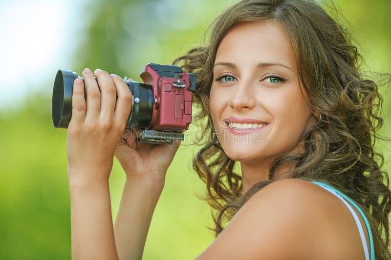 De handencamera van de portret jonge charmante holding stock fotografie