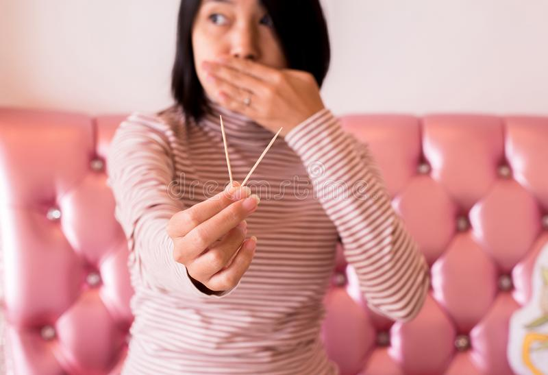 De handenvrouw die tandenstoker houten na maaltijd gebruiken, sluit omhoog royalty-vrije stock fotografie