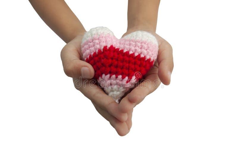 De handholding haakt varicolored hartvorm van garen wordt op witte achtergrond inbegrepen het knippen weg wordt geïsoleerd gemaa stock foto