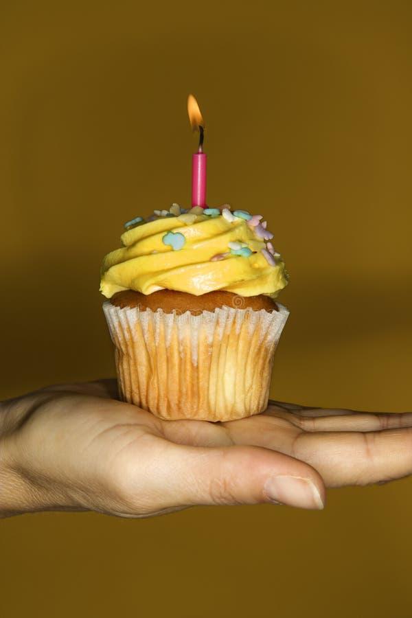 De handholding van de vrouw cupcake. royalty-vrije stock foto's