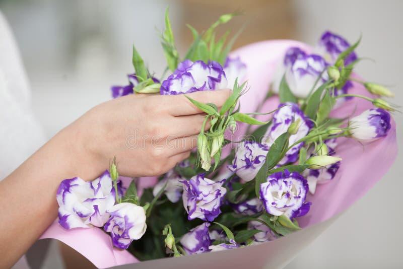 De handholding van de vrouw van bloemen royalty-vrije stock afbeelding