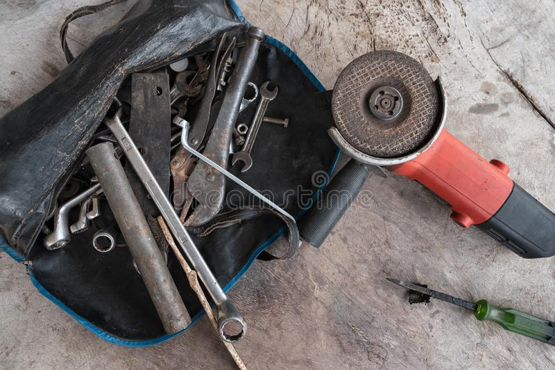 De handhulpmiddelen met oude roestmoersleutel, bouten, sleutels, ronde zagen machine stock afbeelding