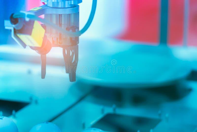 De handmachine van de close-uprobot Gebruiks slimme robot in verwerkende industrie voor de industrie 4 0 en technologieconcept Ro royalty-vrije stock fotografie
