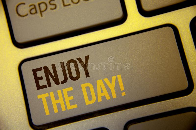 De handschrifttekst geniet van de Dag Motievenvraag Concept die Plezier Gelukkige Levensstijl het Ontspannen Tijdteksten twee bet stock illustratie