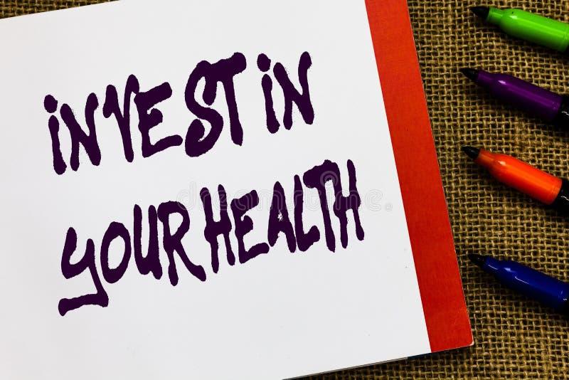 De handschrifttekst investeert in Uw Gezondheid De conceptenbetekenis leeft een Gezond Voedsel van de Levensstijlkwaliteit voor h stock afbeelding