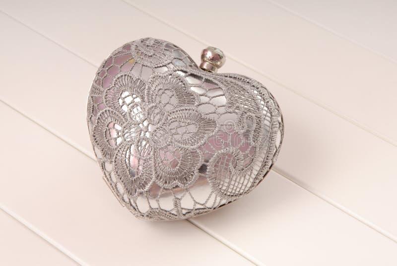 De handtas van de metaalavond, koppeling heeft hartvorm, is de handtas op whi royalty-vrije stock afbeelding