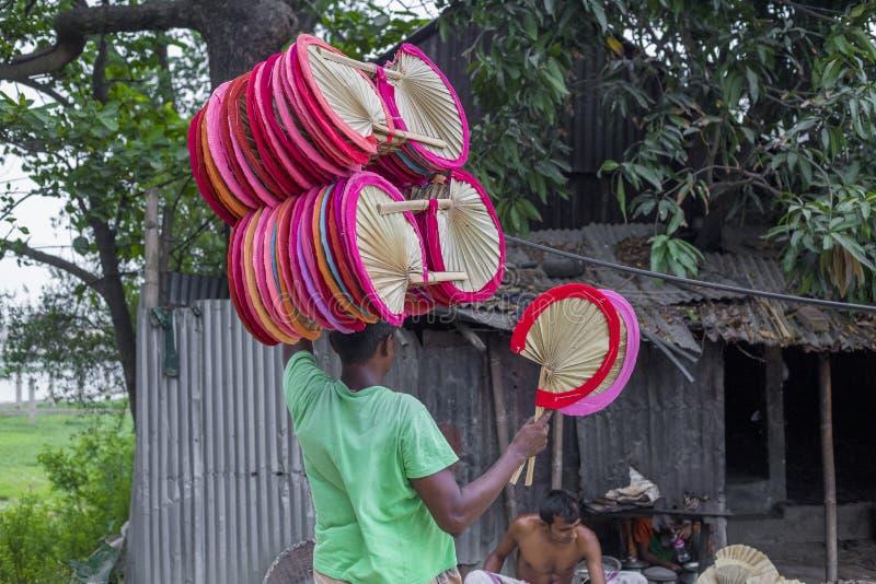 De handventilators worden genomen aan de markt voor verkoop in Cholmaid in Dhaka's Bhatara stock afbeelding