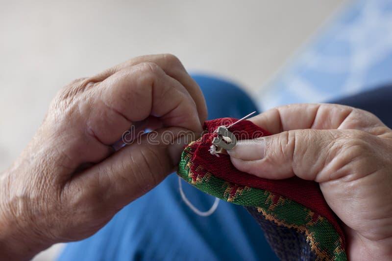 De handvrouwen naaien haken voor het vastmaken van kleren royalty-vrije stock afbeelding
