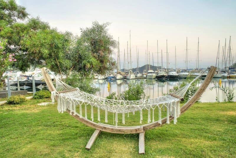 De hangmat op gras in een toevlucht tegen marine, Conceptenvakantie ontspant royalty-vrije stock afbeelding